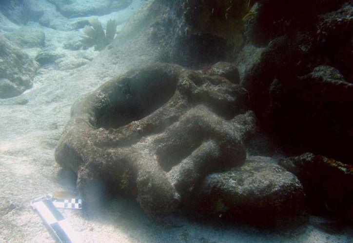 Cascos metálicos, calderas y anclas yacen en el fondo marino. (INAH)