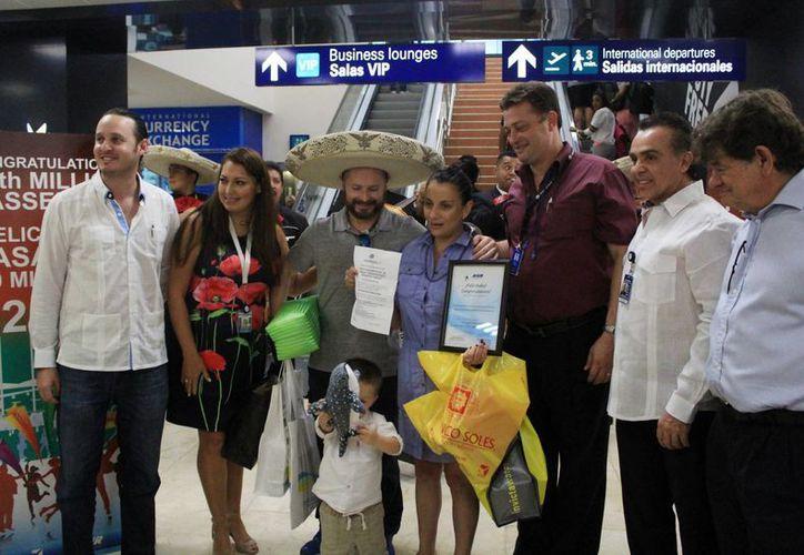 La familia procedente de la Ciudad de México recibió varios obsequios. (Luis Soto/SIPSE)