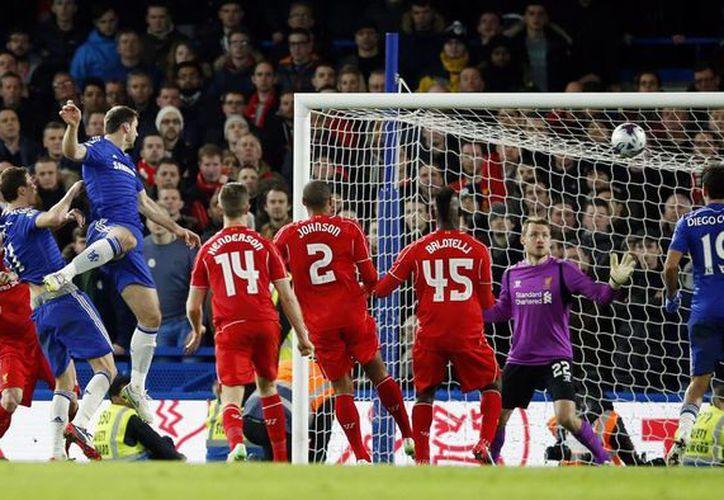 Ivanovic (i) escapó a la marca de Balotelli para poder marcar el solitario gol que dio el pase a Chelsea a la final de la Copa de Liga en Inglaterra. (Foto: AP)