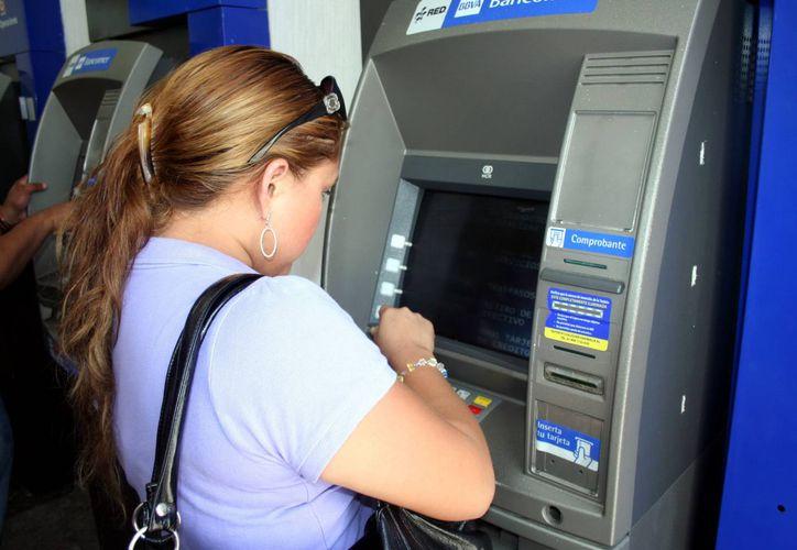La Condusef recomienda usar la tarjeta de crédito con cautela. (Milenio Novedades)