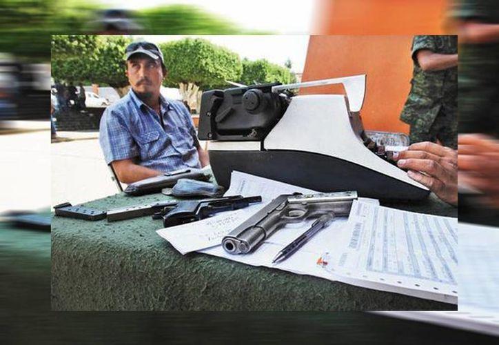 El 28 de abril inició el registro de armas de las autodefensas; el gobierno federal asegura que es un desarme, el cual deberá concluir el 10 de mayo. (Héctor Téllez/Milenio)