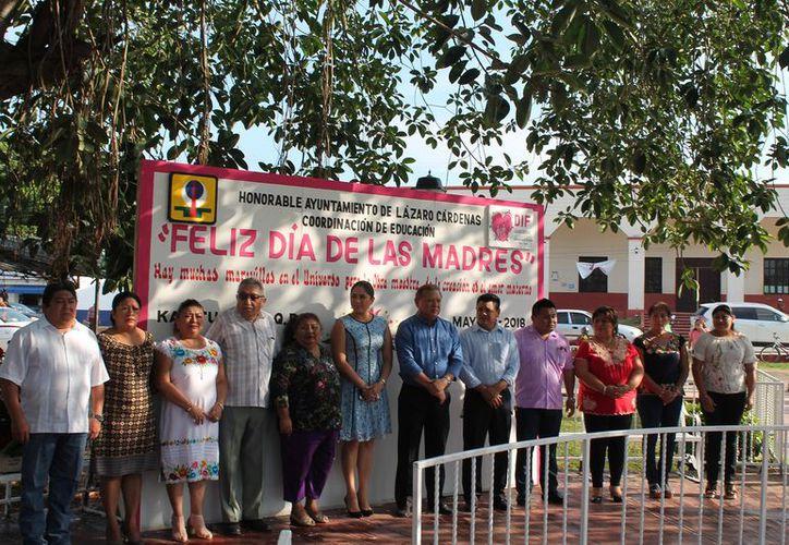 La presidenta del DIF, Dulce Alegría Navarrete, participó en el evento para celebrar a las madres. (Raúl Balam/SIPSE)