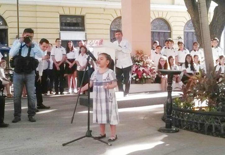 La niña Daniela Castillo Alonso, de tres años, emocionó a los presentes con el poema 'Manos feas', en la ceremonia del Día de las Madres. (Cecilia Ricárdez/Milenio Novedades)
