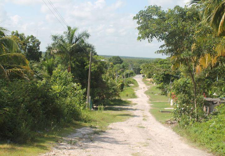 Los pobladores tienen que poner de sus recursos para reparar las pocas luminarias que quedan. (Carlos Castillo/SIPSE)