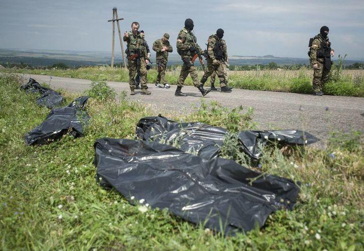 Ucrania acusa a los separatistas prorrusos de desaparecer evidencias de la tragedia del avión de Malaysia Airlines. (AP)