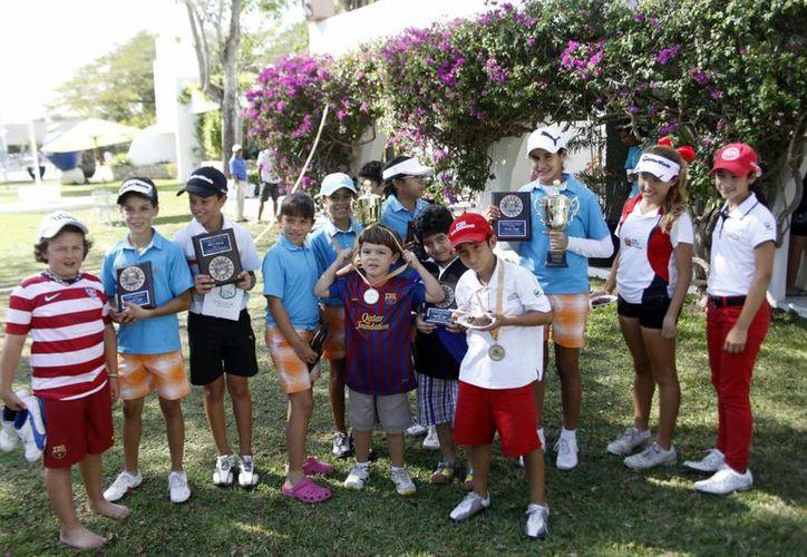 Ganadores infantiles y juveniles del encuentro de golf más importante del sureste. (SIPSE)