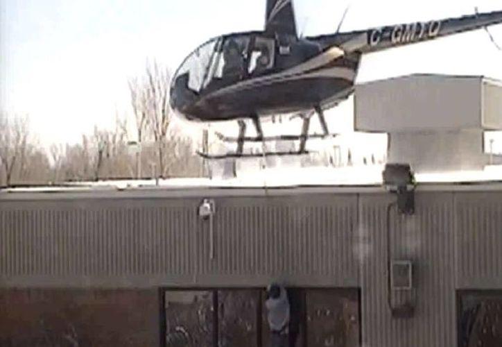 Imagen del momento en que Hudon-Barbeau y Danny Provençal huyeron de la cárcel con ayuda de un helicóptero. (Captura de pantalla)
