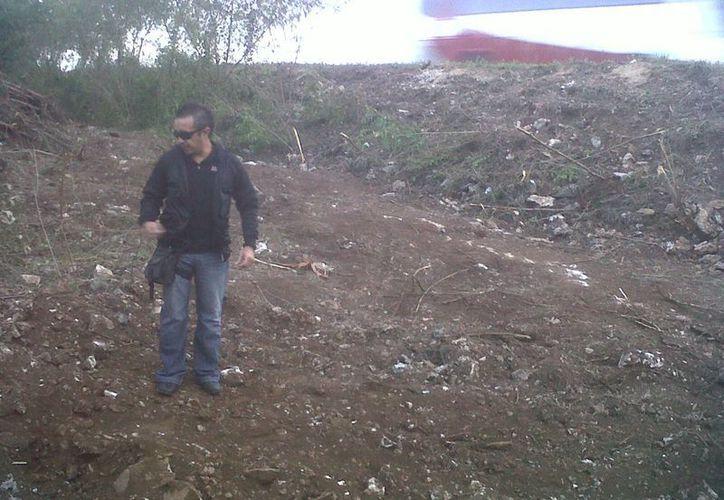 Jorge Moreno acudió el kilómetro 19 de la carretera Cancún-Mérida para investigar el reporte de la silueta. (SIPSE)