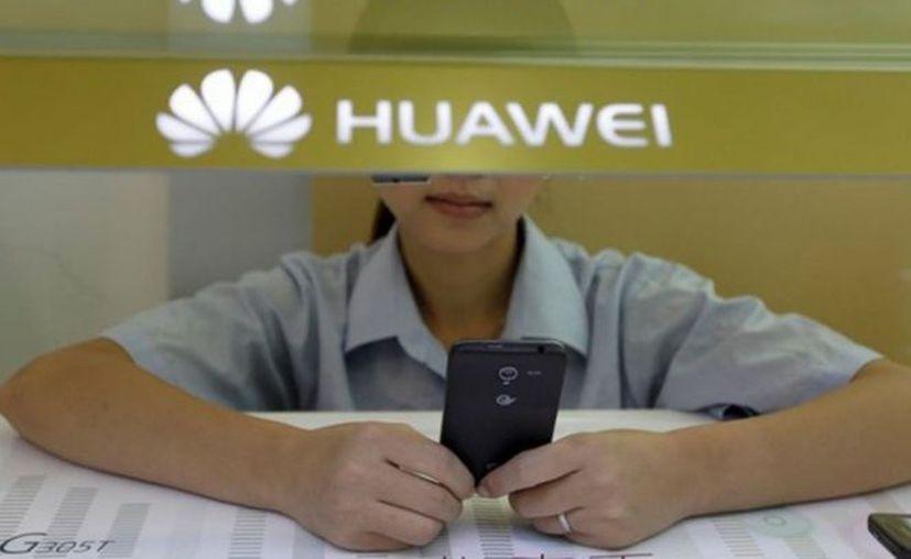 Huawei 'castiga' a dos empleados por tuit enviado desde un iPhone. (Contexto)