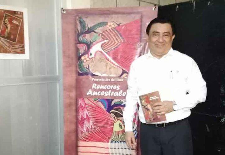 Gualberto Salazar dijo que en la novela se relata la historia entre dos pueblos en los años 70. (Faride Cetina/SIPSE)