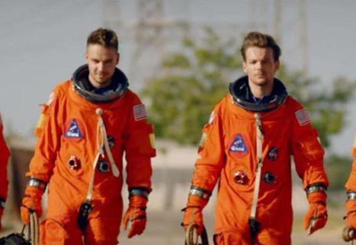 La agrupación One Direction dio a conocer el video de su nuevo sencillo Drag Me Down en donde se personifican de astronautas. (Captura de video de YouTube)