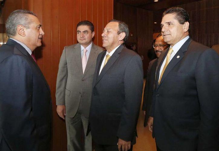 Zambrano (c) pidió a los dirigentes del PRD en Veracruz que 'congelen' las afiliaciones de los trabajadores de Pemex. (Notimex/Foto de archivo)
