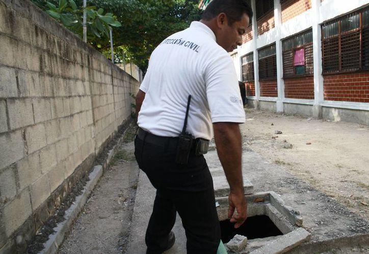 Los olores que salían de una fosa séptica fueron confundidos con los de una fuga de gas LP. (Octavio Martínez/SIPSE)