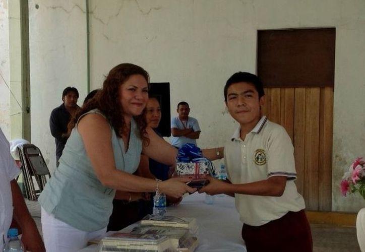La senadora Rosa Adriana Díaz Lizama entregando un premio de primer lugar. (Cortesía)