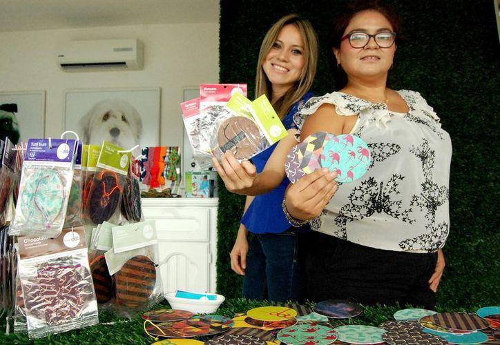 Carolina Hernández Montero y Fernanda Marín Ruiz, integrantes de la empresa estudiantil  Aromasdot. (Milenio Novedades)