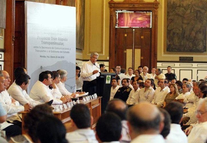 El Gobernador y el titular de la SCT, Gerardo Ruiz Esparza, signaron el convenio para liberar los primeros recursos del proyecto del tren Transpeninsular. (Cortesía)