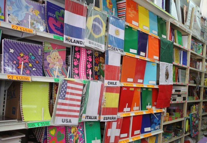 Ya prepararon los lápices, gomas, colores, cuadernos, monografías o cartulinas. (Sergio Orozco/SIPSE)