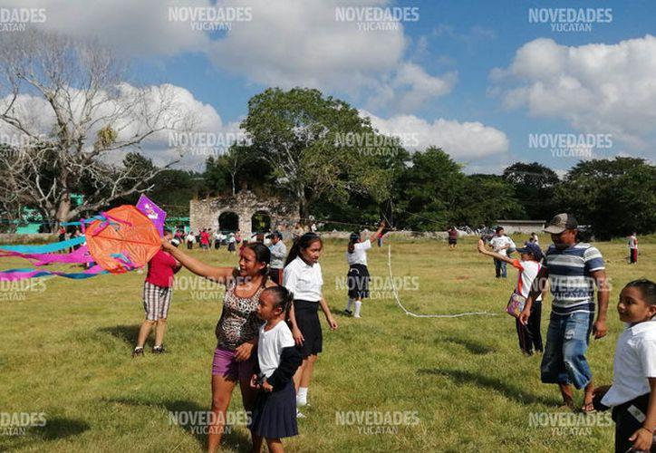 Vuelan papagayos con sus padres. (Novedades Yucatán)