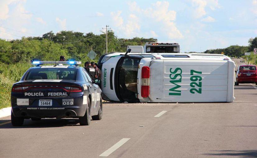 En medio de la carretera Mérida-Chetumal, tramo Tecoh-Telchaquillo, quedó tendida la ambulancia del IMSS que trasladaba a un paciente. (SIPSE)