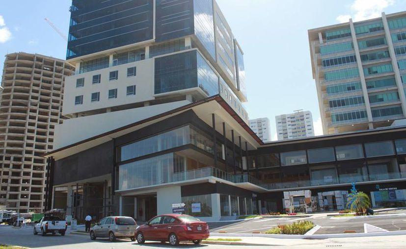 El primer desarrollo comercial de Malecón Tajamar y abrirá sus puertas en octubre. (Luis Soto/SIPSE)