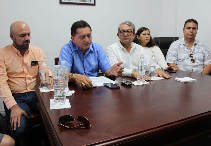 El presidente de la Canaco, José Luis Hernández Barragán, acompañado por dirigentes y ex directivos, dio un pronunciamiento sobre la ejecución del ex director de Fiscalización. (Foto: Adrián Barreto).
