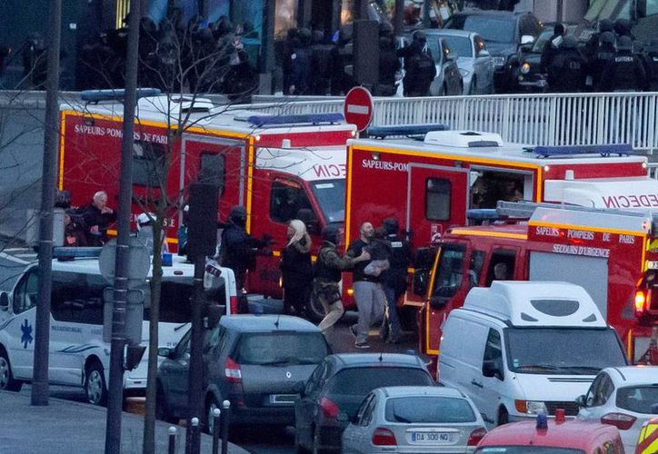 Cuerpos de rescate atienen a víctimas de un ataque terrorista en el que un hombre tomó a varios rehenes, en un mercado de París. (AP)