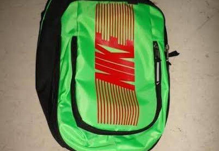 Los niños intentaros sustraer de la tienda una mochila de color negro con verde. (Redacción/SIPSE)