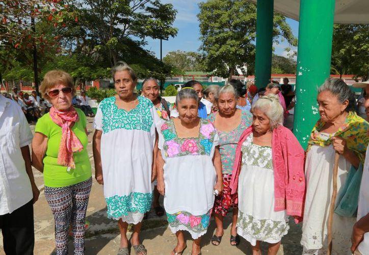 Mujeres y hombres que rebasan los 70 años de edad llegan a la plaza. (Luis Soto/SIPSE)