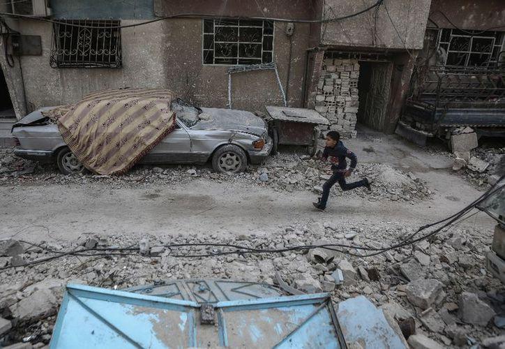 Un convoy de ayuda humanitaria ingresó por primera vez este lunes en el enclave rebelde de Guta Oriental. (Dpa)