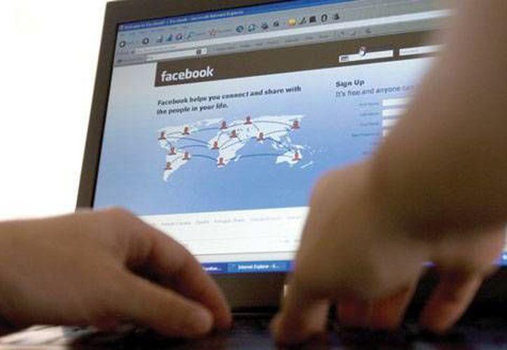 La joven mantuvo contacto con el sujeto por medio de Facebook. Imagen de contexto. (Archivo/AP)