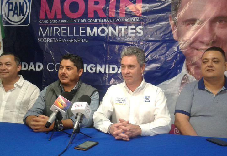 Manuel Gómez Morín (de blanco, al centro) visitó Cancún. (Sergi Orozco/SIPSE)