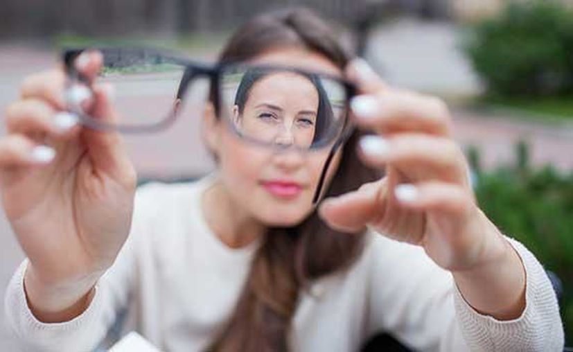 La lente intraocular es una alternativa quirúrgica para olvidarse de las gafas definitivamente. Foto: Freepik