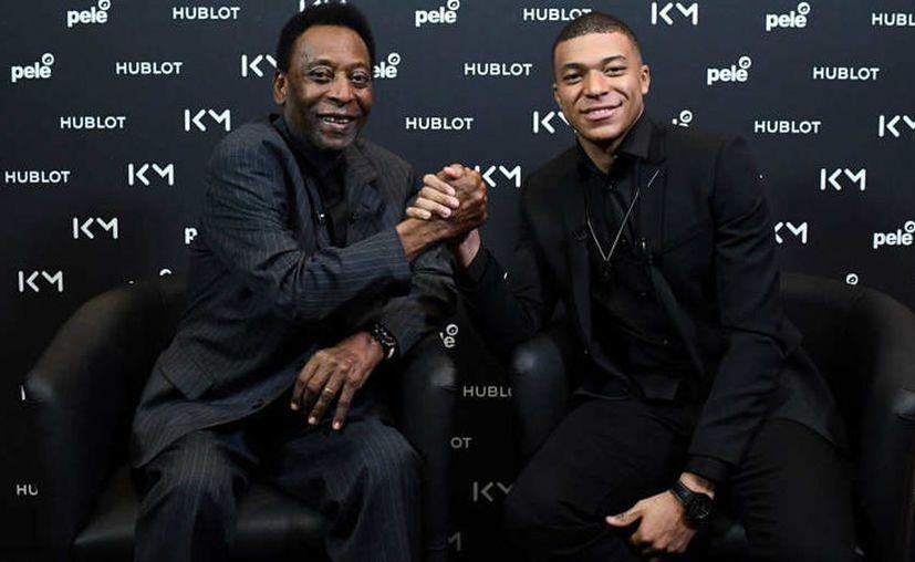 El delantero de Paris Saint-Germain (PSG) Kylian Mbappe y la leyenda del fútbol brasileño Pelé. (Agencias)