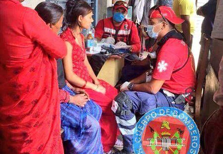 Integrantes de Bomberos de Cancún, se encuentran en Nepal. (Bomberos Cancún/Twitter)