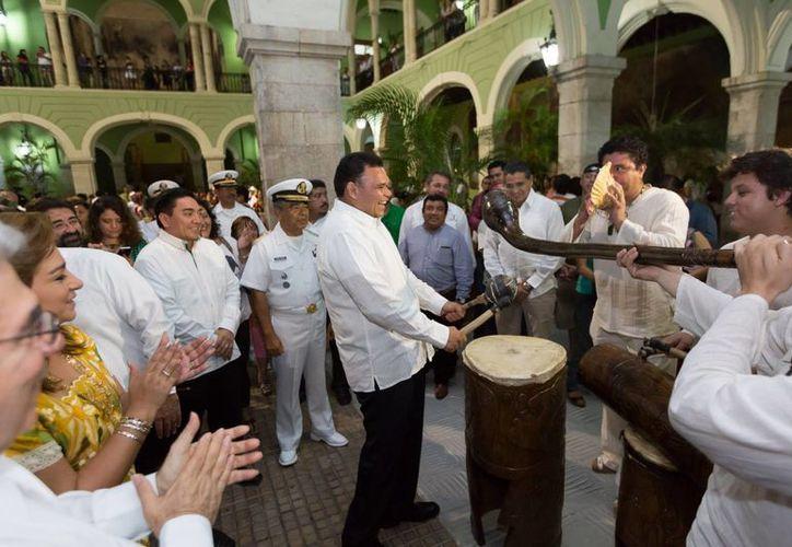 En el cierre del festival, el Gobernador participó muy alegre con los músicos presentes en el Palacio de Gobierno. (Milenio Novedades)