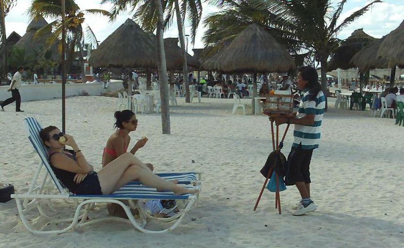 Numerosos turistas aprovecharon las playas para descansar del prolongado viaje por mar. (Manuel Pool/SIPSE)