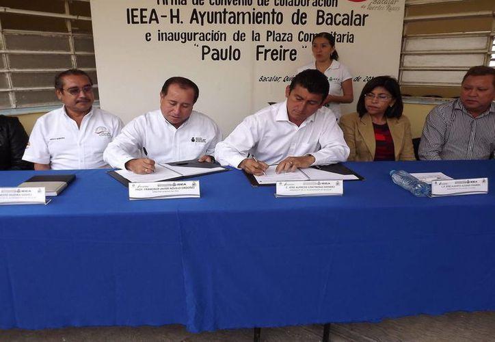 Momento de la firma de convenio entre el alcalde y el instituto. (Redacción/SIPSE)