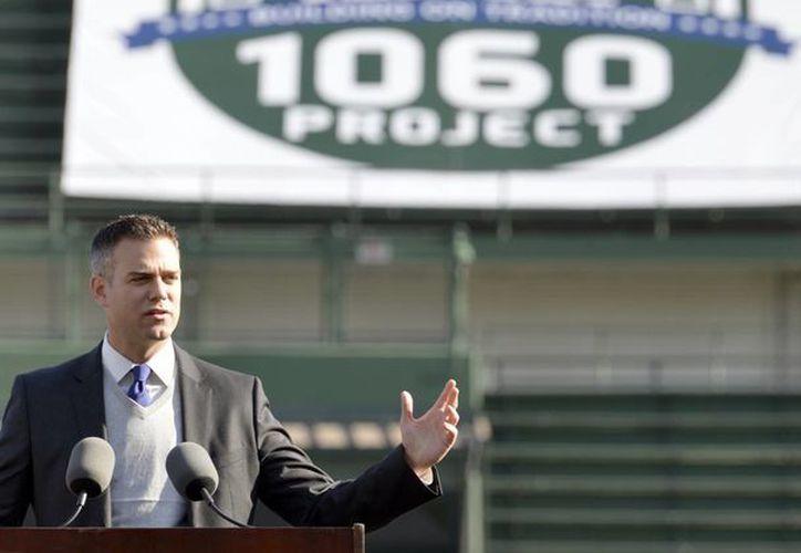 Theo Epstein, presidente de los Cubs, durante la ceremonia que dio inicio a los trabajos de remodelación. (Foto: AP)