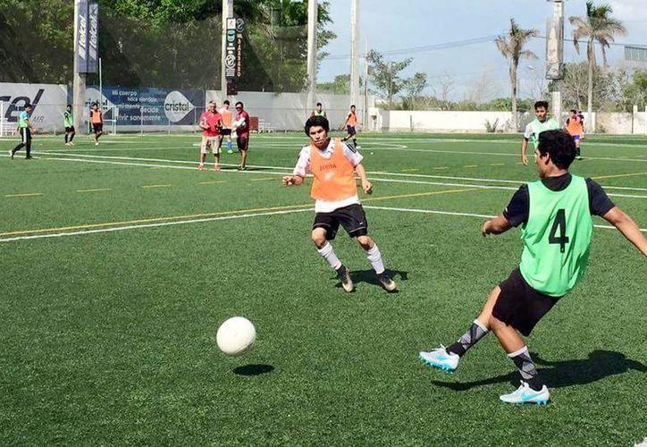Numerosos aspirantes se presentaron al visoreo de las escuadras de Atlético Newell Mérida y Venados Cantera. (Milenio Novedades)