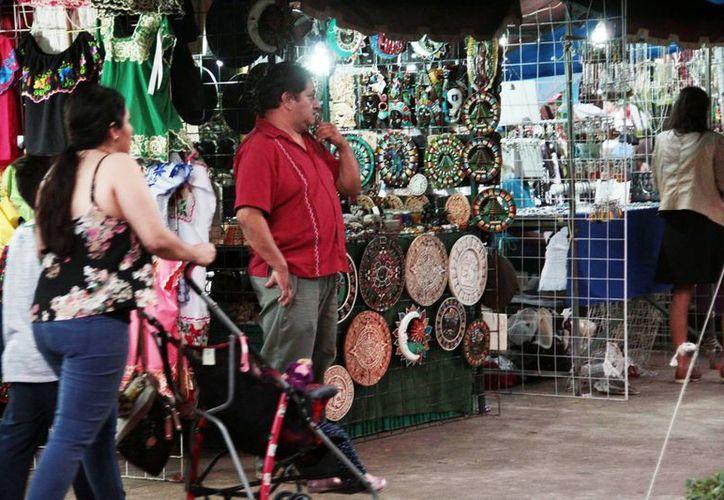 La demanda de artesanías yucatecas aumenta cada día más. Imagen de contexto de un puesto de este tipo de comercio, en la Plaza grande de Mérida. (Milenio Novedades)