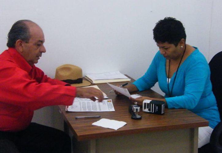 José Carlos González Anguiano entregó su propuesta ante el Ieqroo. (Adrián Barreto/SIPSE)