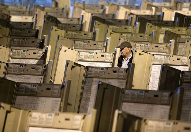 Un técnico trabaja para preparar las máquinas de votación que se utilizarán en la próxima elección presidencial de EU. (AP/Matt Rourke)