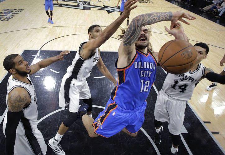 Esta noche, Oklahoma City venció por 95-91 a los Spurs de San Antonio en partido de playoffs de la NBA. (AP)