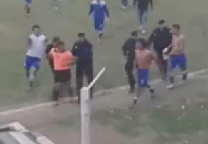 El árbitro tuvo que detener el partido tras recibir una agresión de un futbolista del cuadro local. (Foto: YouTube)