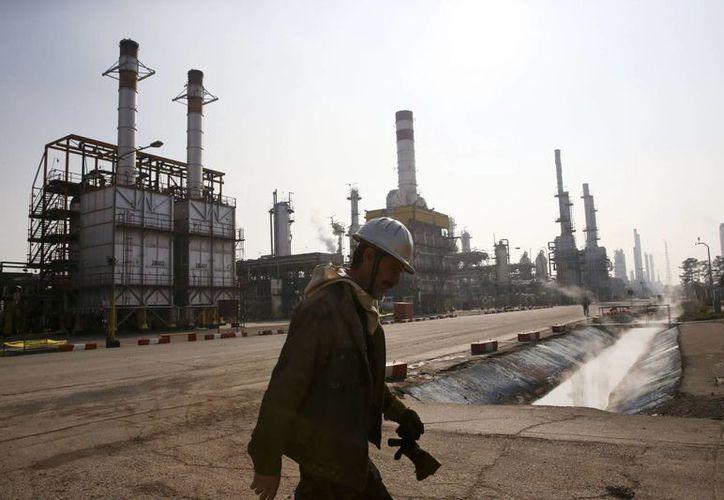Los bajos costos de producción permiten a naciones árabes mantener la producción de crudo. Imagen de contexto de una refinería en Teherán, Irán. (Foto de archivo de AP)