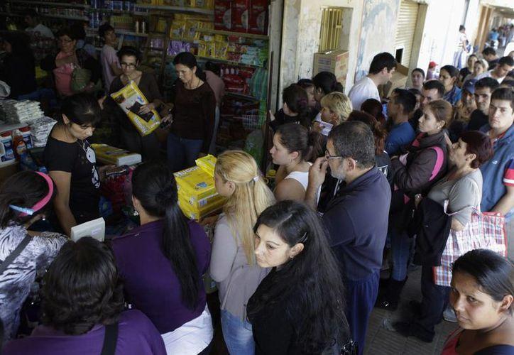 paraguayos compran mercaderías en un negocio de la ciudad argentina de Clorinda aprovechando los bajos precios por la brecha cambiaria. (Agencias)