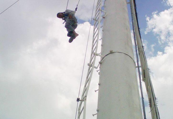 Los elementos del Cuerpo del Bomberos rescataron al trabajador que quedó colgado en una torre de telefonía celular. (Milenio Novedades)