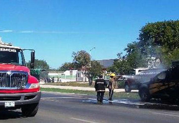 Imagen del momento en que se registró el incendio de una patrulla de la Secretaría de Seguridad  Pública. (Milenio Novedades)