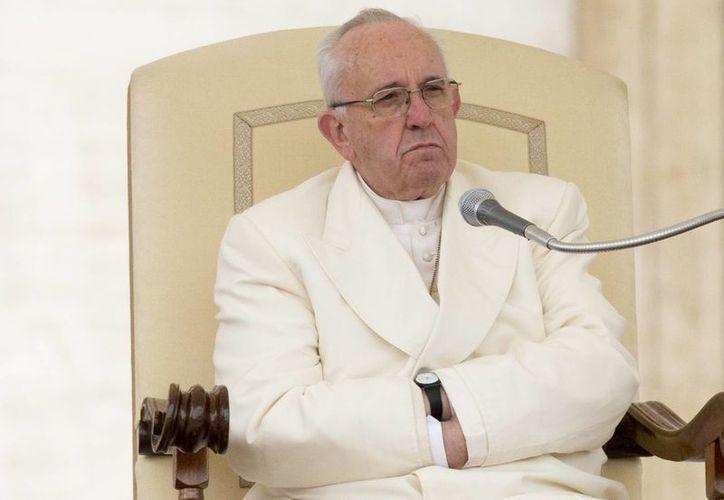 Francisco asistió este miércoles a su audiencia general semanal en la Plaza de San Pedro en el Vaticano. Pidió a las personas de buena voluntad unirse a la 'condena' mundial de los atentados. (Foto AP / Alessandra Tarantino)