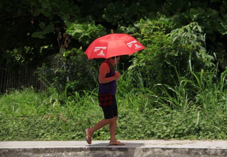 Se recomienda a la población evitar exponerse a largos periodos de sol, principalmente en horas del mediodía, ya que la radiación es más alta a esa hora. (Harold Alcocer/SIPSE)